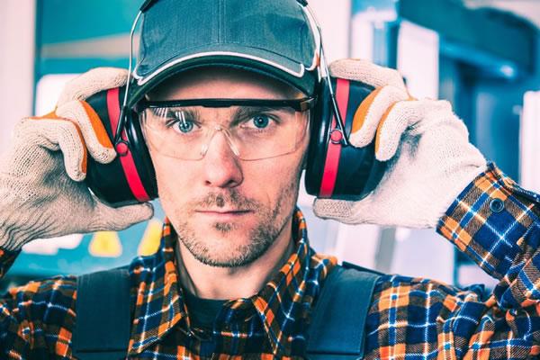 man met gehoorbescherming