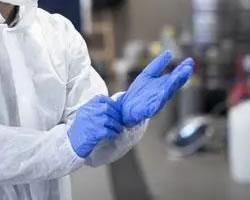 Man met chemische werkhandschoenen