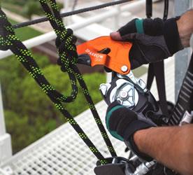 Afdaler met knoop verankerd aan touw.
